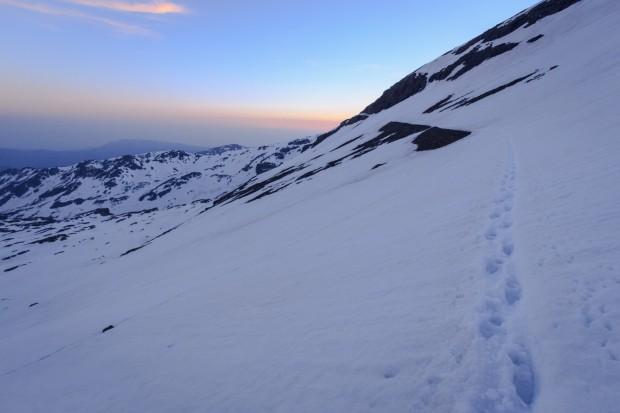 Vista atrás de los restos de la pista y nieve sobre el paso hacia el Collado del Lobo (Ruta río Seco #5)