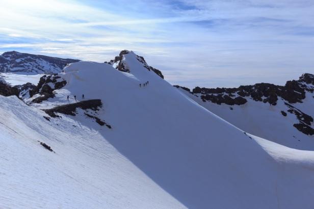 Cordadas que se aproximaban llegando al paso bajo el Cerro de los Machos (Ruta río seco #32)