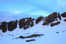 Amanecer con luna decreciente. Los raspones de Río Seco se elevan sólo a unos 100 metros por encima de la cubeta del circo glaciar. Sierra Nevada (Río Seco #14, privamera 2014)