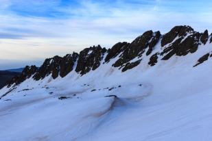 Raspones de Río Seco al amanecer con la cubeta del lagunillo alto cubierta por la nieve, Sierra Nevada (Río Seco #2, privamera 2014)