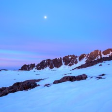 La luna al amanecer sobre los raspones de Río Seco, Sierra Nevada (Río Seco #5, privamera 2014)