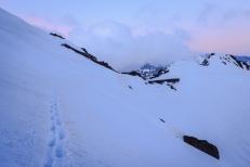Paso de nieve bajo el Cerro de los Machos, antes de llegar al collado del Lobo, con el puntal de la Caldera al fondo, Sierra Nevada (Río seco #8, privamera 2014)