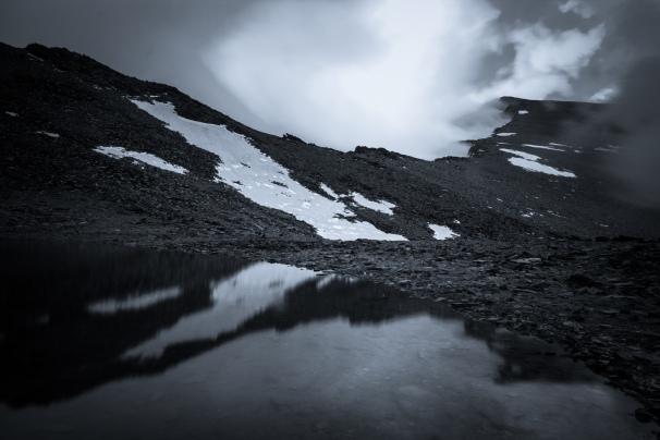 (Brumas de montaña BN #1, Sierra Nevada, primavera 2014) Cara norte del Mulhacén oculta por las nubes