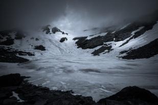 (Brumas de montaña BN #2, Sierra Nevada, primavera 2014) Laguna de la Caldera y línea de cumbres cubierta de nubes