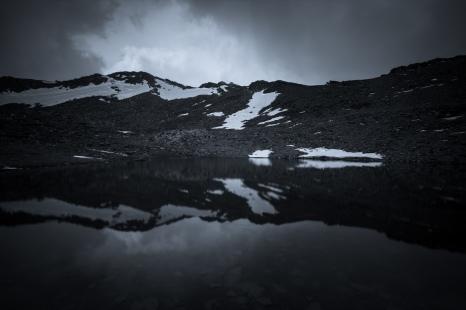 (Brumas de montaña BN #4, Sierra Nevada, primavera 2014) Laguna de la Caldereta y reflejo de la línea de cumbres del Circo de la Caldera