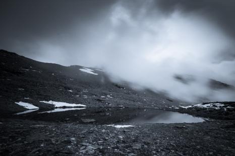 (Brumas de montaña BN #5, Sierra Nevada, primavera 2014) Laguna de la Caldereta con el Mulhacén al fondo cubierto por las nubes