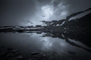 (Brumas de montaña BN #3, Sierra Nevada, primavera 2014) Circo de la Caldera con el refugio reflejado en el lagunillo de la Calderilla y la cuenca de la laguna de la Caldera al fondo