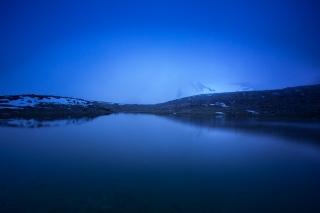 (Brumas de montaña I - #2, Sierra Nevada, primavera 2014) Laguna de la Caldereta cubierta de bruma y puntal de la Caldera al fondo