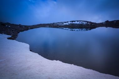 (Brumas de montaña I - #4, Sierra Nevada, primavera 2014) Laguna de la Caldereta con un último nevero