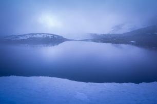 (Brumas de montaña II - #1, Sierra Nevada, primavera 2014) Laguna de la Caldereta cubierta de bruma