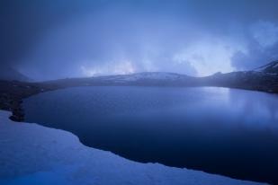 (Brumas de montaña II - #3, Sierra Nevada, primavera 2014) Laguna de la Caldereta cubierta de bruma