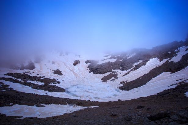 (Brumas de montaña III - #2, Sierra Nevada, primavera 2014) Laguna de la Caldera y línea de cumbres cubierta de bruma