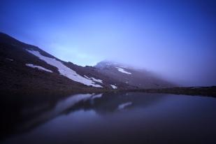 (Brumas de montaña III - #3, Sierra Nevada, primavera 2014) Lagunillo de la Calderilla con el Mulhacén cubierto de bruma