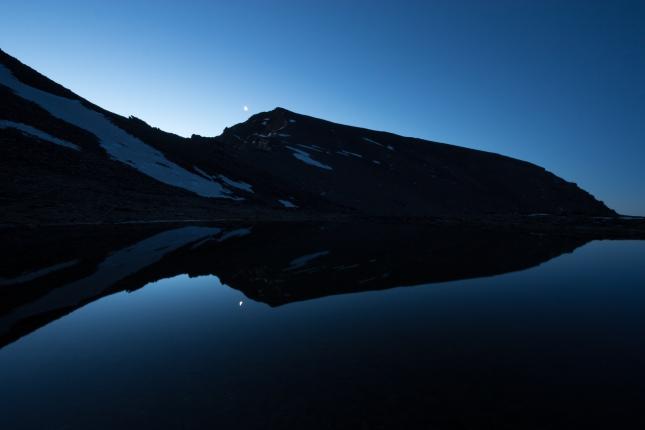 (Brumas de montaña IV - #1, Sierra Nevada, primavera 2014) Amanecer con el Mulhacén y la luna menguante reflejadas en el lagunillo de la Calderilla