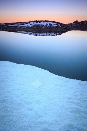 (Brumas de montaña IV - #2, Sierra Nevada, primavera 2014) Laguna de la Caldereta al amanecer