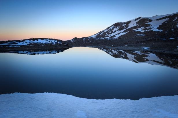 (Brumas de montaña IV - #3, Sierra Nevada, primavera 2014) Laguna de la Caldereta al amanecer