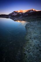 (Brumas de montaña IV - #4, Sierra Nevada, primavera 2014) Laguna de la Caldereta al amanecer con alpenglow sobre Loma Pelada y el Puntal de la Caldera