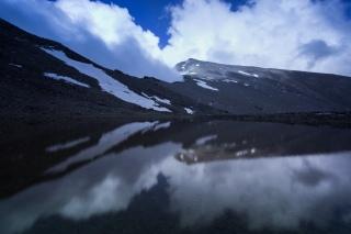 (Brumas de montaña IV - #5, Sierra Nevada, primavera 2014) Lagunillo de la Calderilla con el Mulhacén reflejado