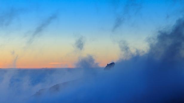 Antena parabólica del IRAM envuelta en nubes, atardecer en Sierra Nevada, primavera 2014