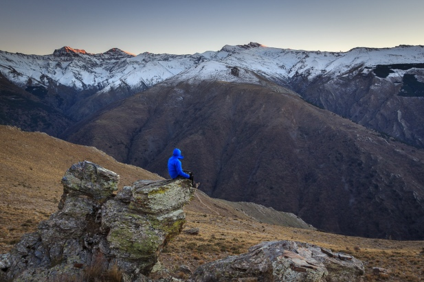 Contemplando la cara norte de los grandes picos de Sierra Nevada, atardecer de invierno, 2015