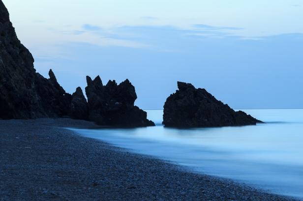 Acantilados de Maro antes del amanecer