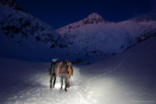 Dentro de la acción. Aproximación nocturna al pie de la vía Norte del Almanzor. Gredos, invierno 2017