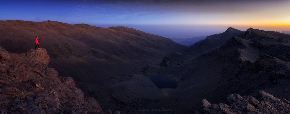 Atardecer de verano en el valle del río Lanjarón. Sierra Nevada, 2017. Autorretrato.